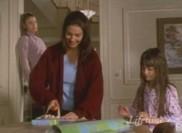 Lily vient d'annoncer aux filles que le dîner de ce soir était annulé, mais avant d'en discuter elle doit livrer ce paquet à Naomi...
